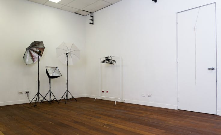 Affordable photography studio complete with lighting equipment, image 1