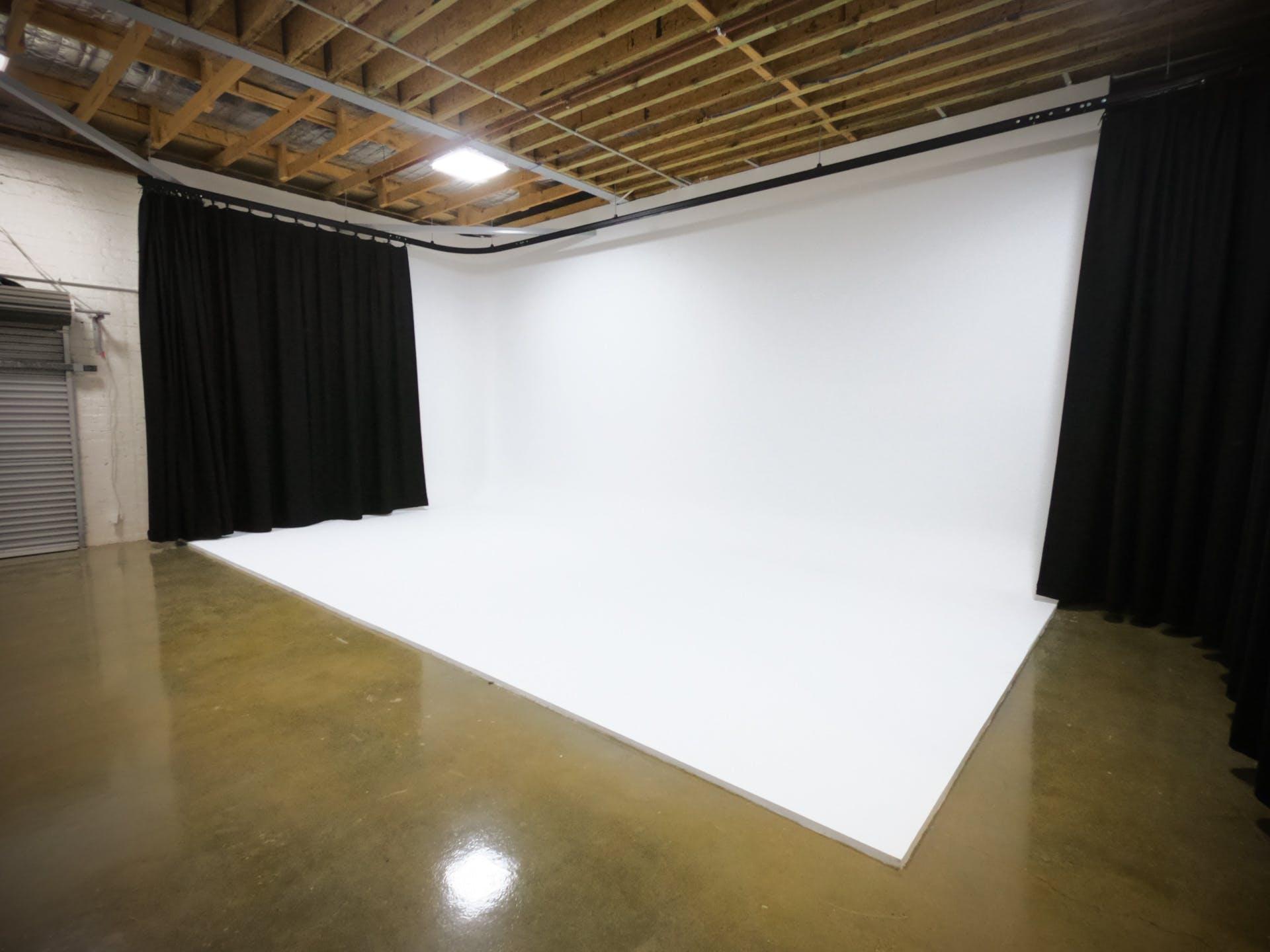 White Cyclorama, creative studio at Balloon Tree Productions, image 1