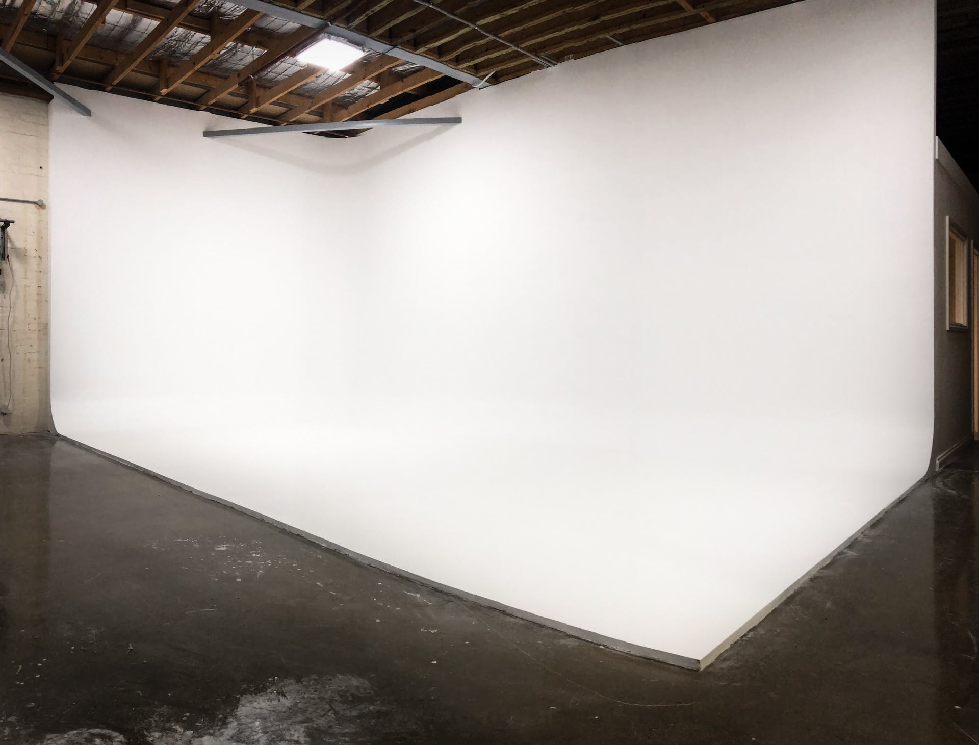 White Cyclorama, creative studio at Balloon Tree Productions, image 1