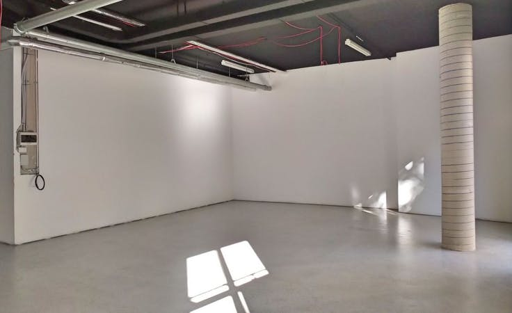 This blank canvas space is perfect for a pop-up shop, image 1